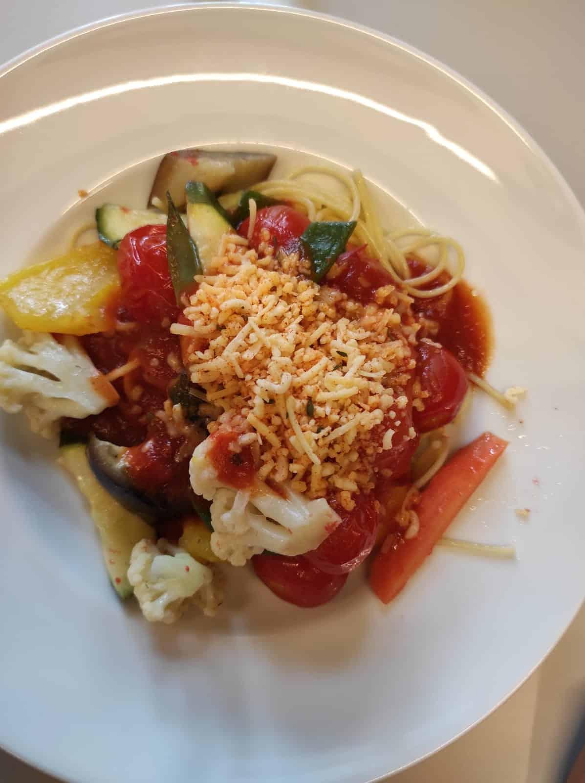 #5 Zum Mittag gibt es heute (nur einmal die Woche!) Nudeln mit Gemüse. Ich mag das.