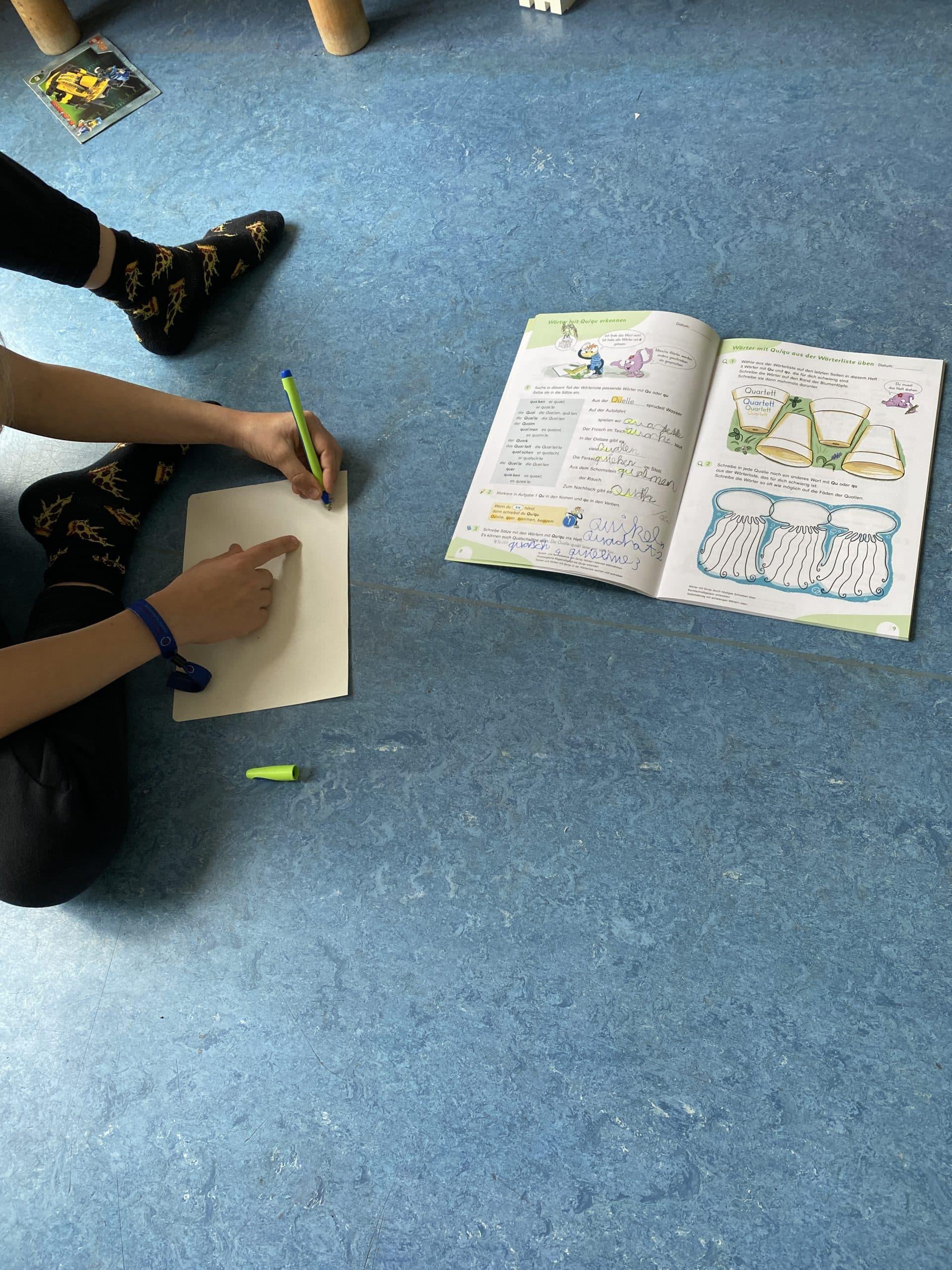 #4 Nach der Schule kommt das Kind heim und macht Hausaufgaben, am Tisch sitzen geht für das Kind nicht, also dann auf dem Boden.