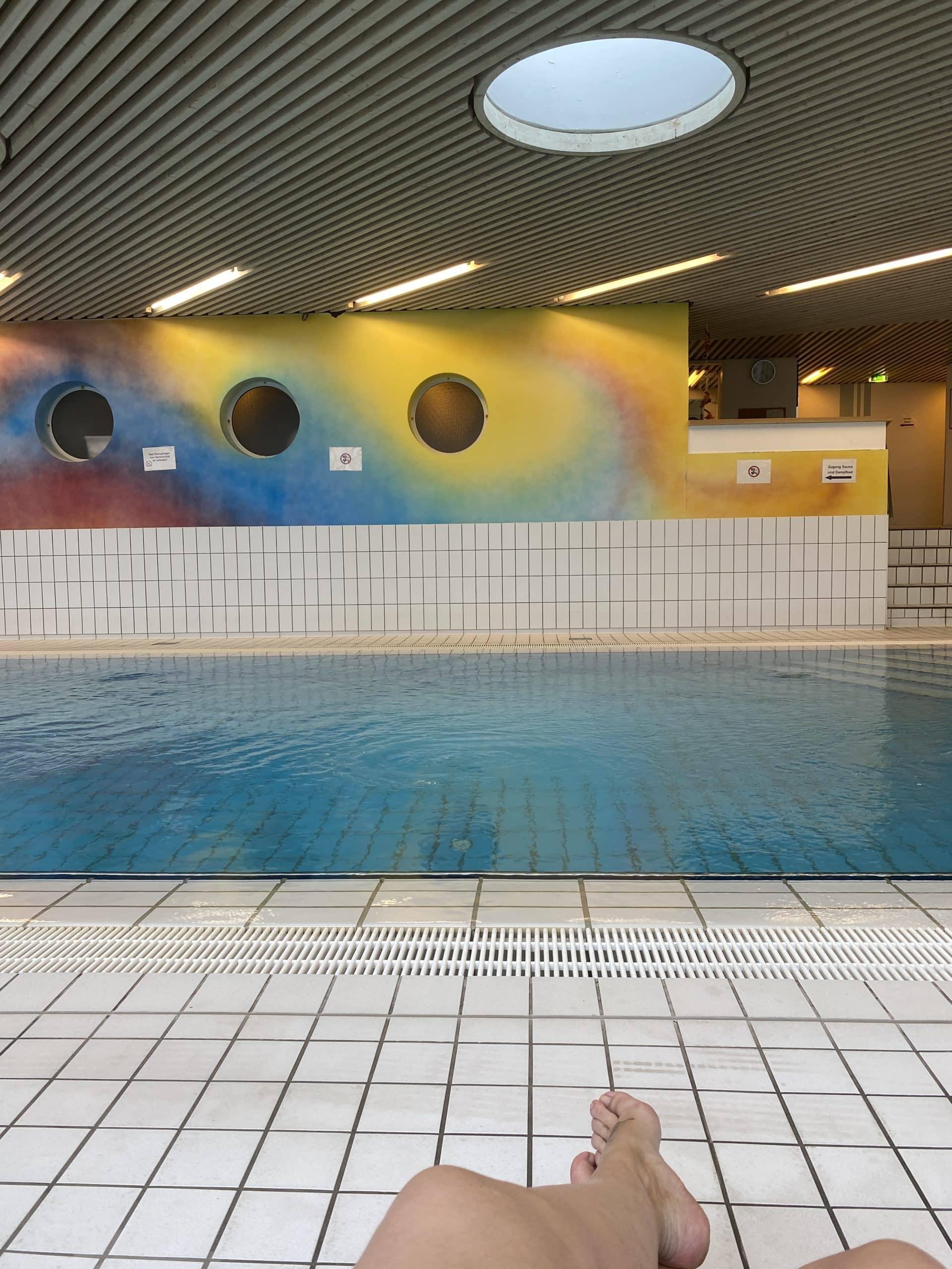 #7 Nach dem Sport folgt die Schwimmeinheit! Diese wird von den Eltern begleitet und ist zwar anstrengend, aber auch ganz schön, da man selbst auch ins Wasser darf/muss.