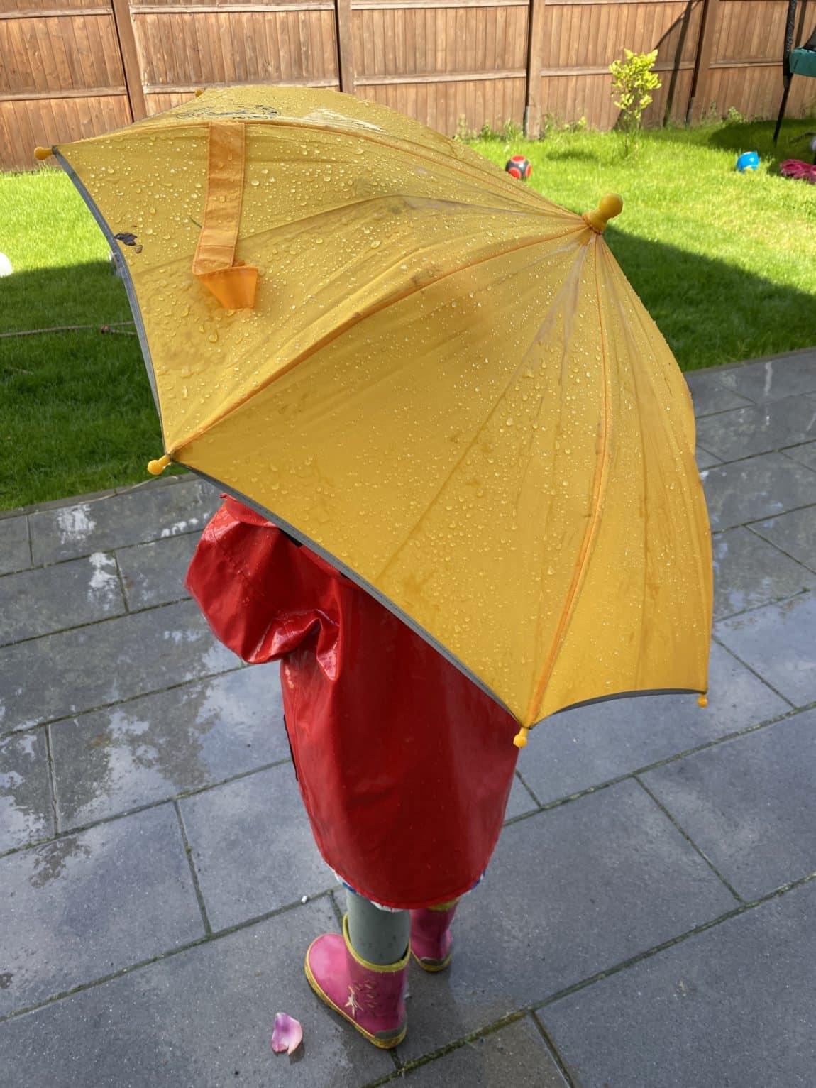 Draußen wird mit Wasser gespielt. Es gibt ja zum Glück wetterfeste Kleidung, hier sehr oft genutzt.