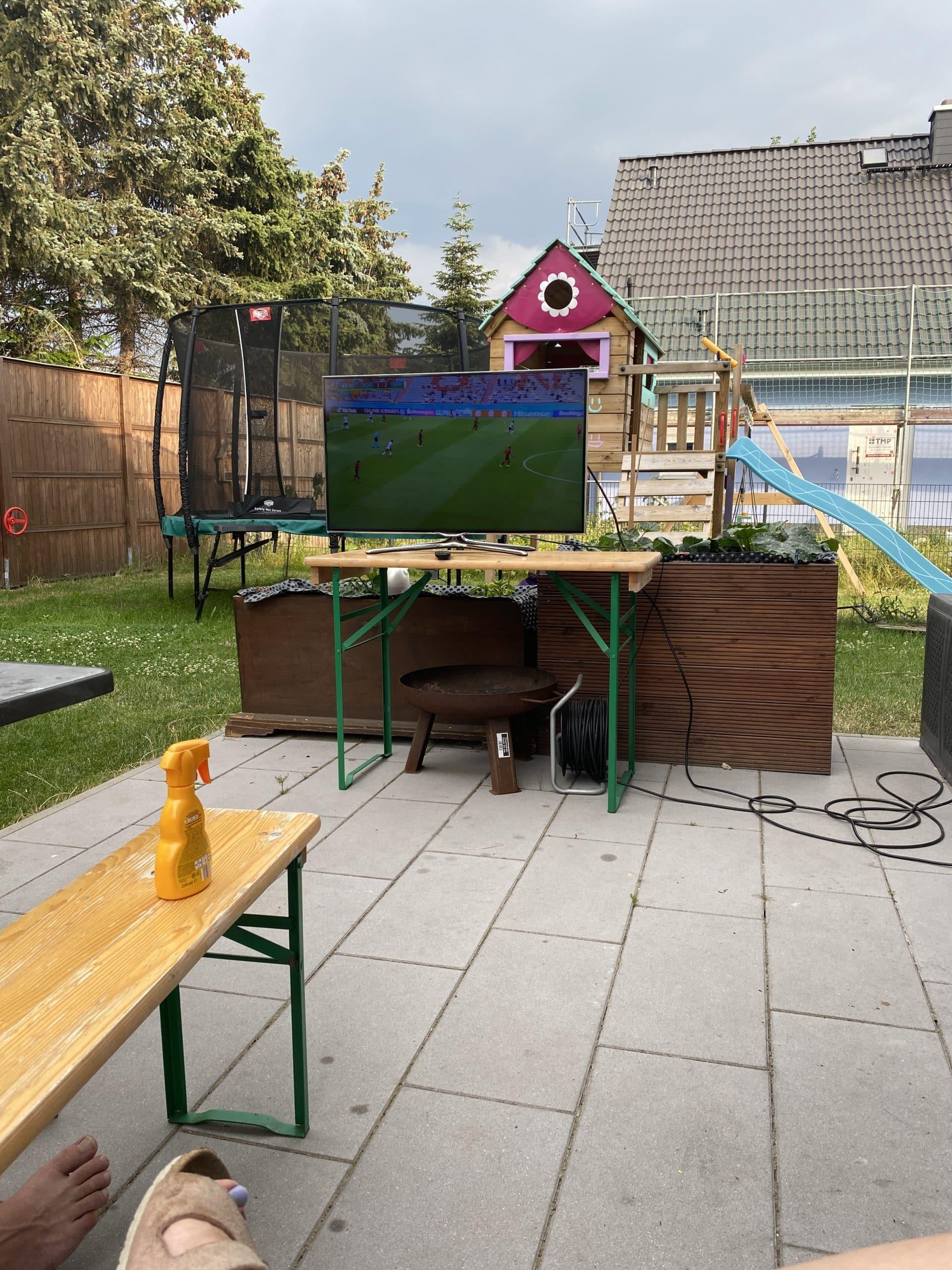 Den Vormittag verbringe ich mit den Kindern im Garten, immer mit dabei: Sonnenschutz und Hut.