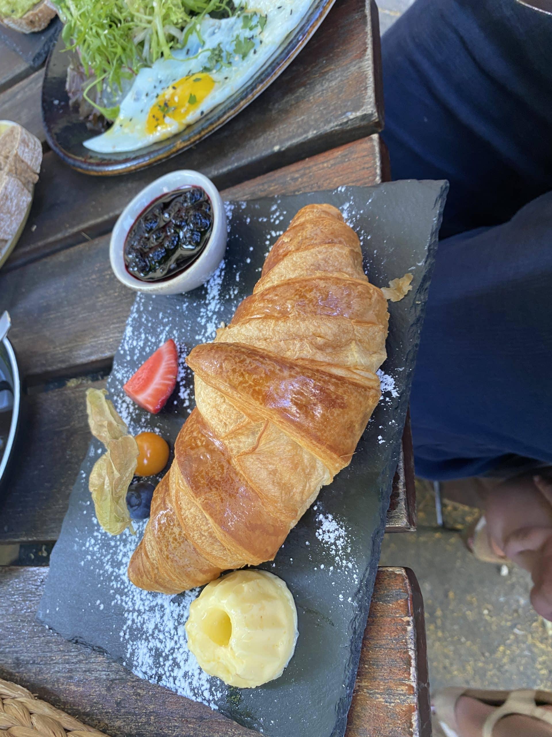 In Schöneberg frühstücken wir im Mattea (sehr empfehlenswert) draußen und treffen den Patenonkel der Jüngsten.
