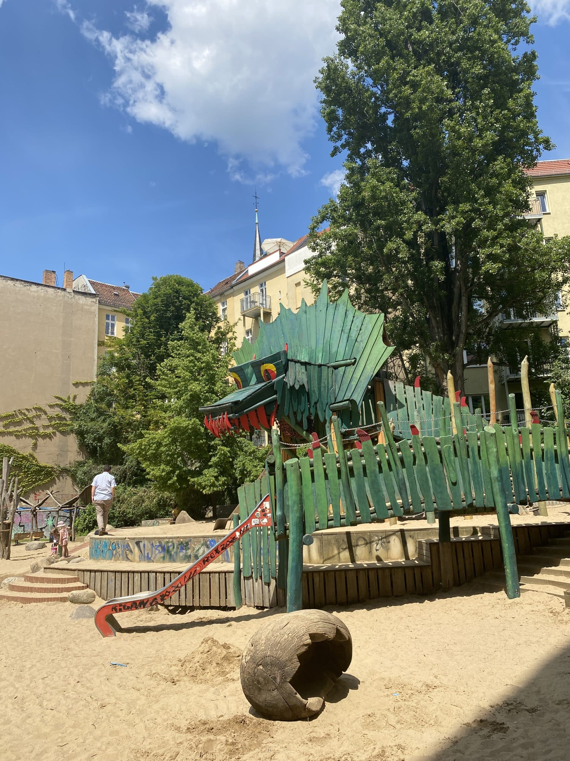 Der Drachenspielplatz steht noch und kann bespielt werden! JUHU