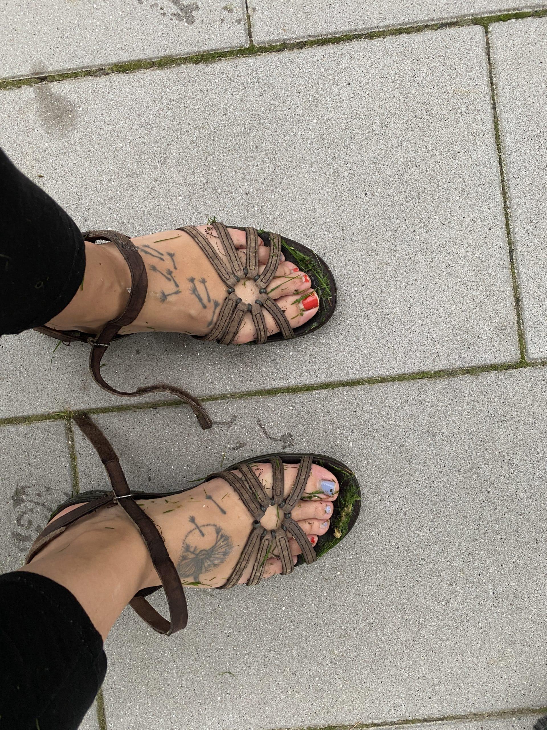 Die Gartenarbeit im Sommer, sprengen usw. macht die Füße nass, aber mich auch glücklich.