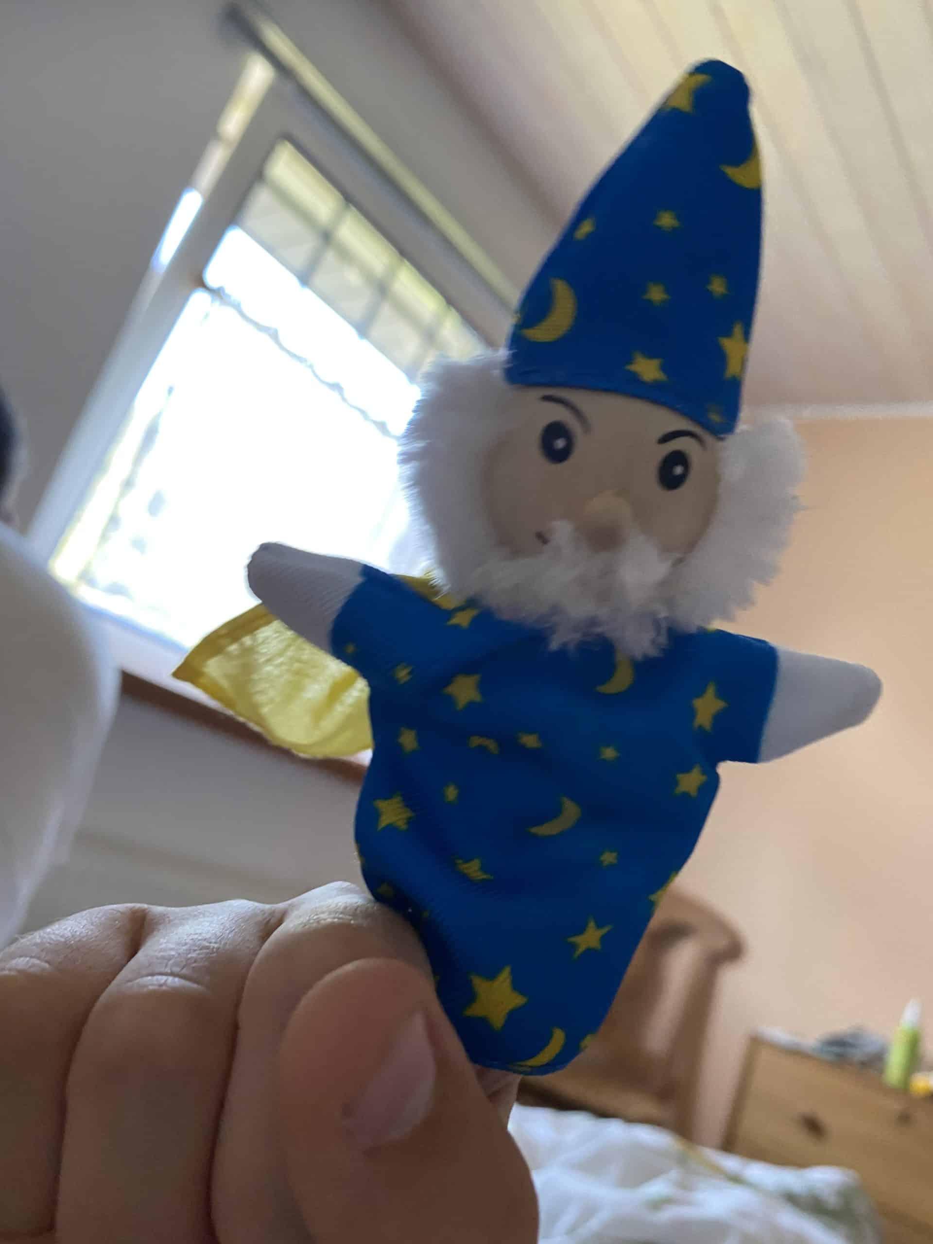 Der Sohn hat sich eine Fingerpuppe gekauft und weckt mich mit Gequatsche..