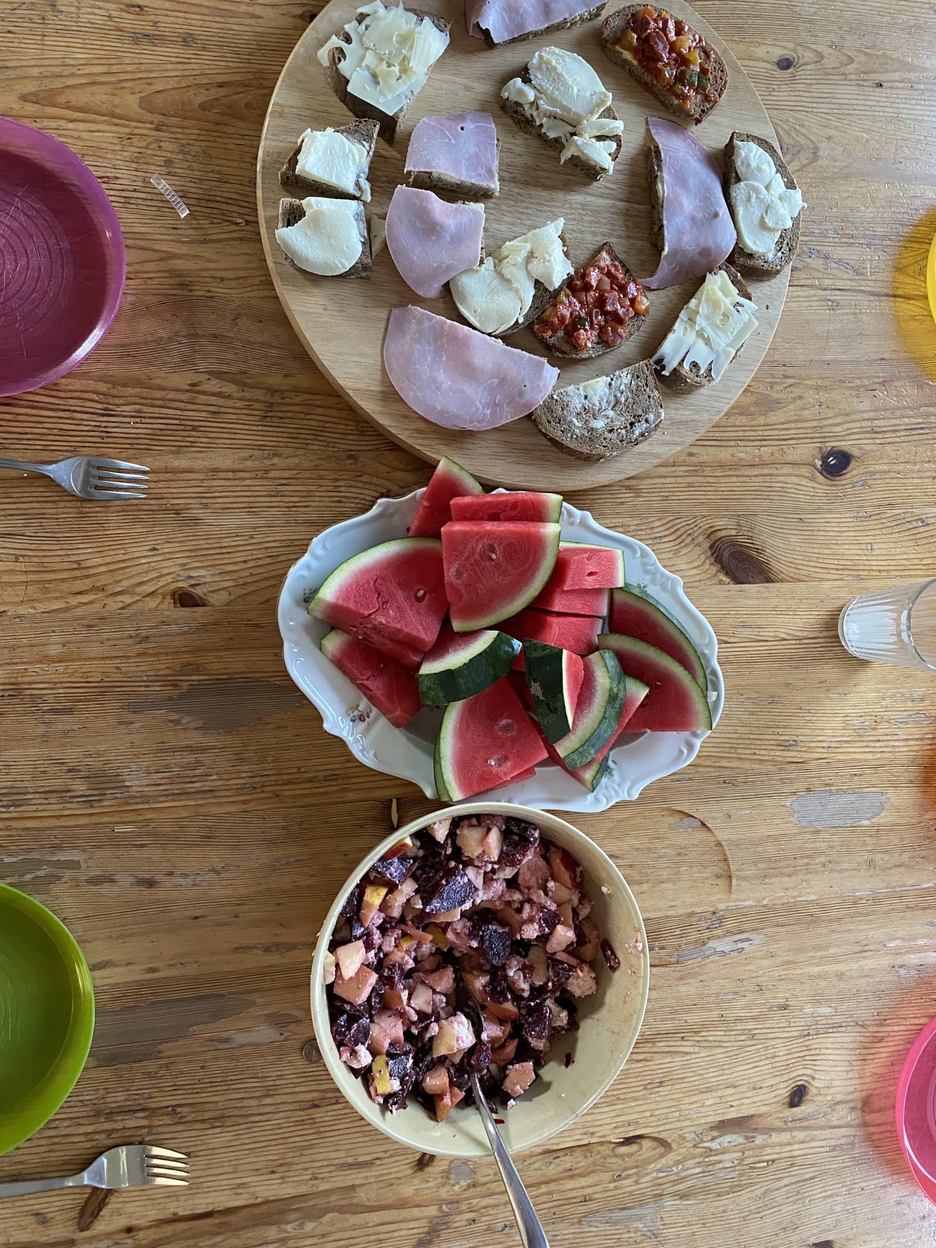 #8 Das Abendbrot ist wieder simpel und die Kinder mögen es: Stulle mit Brot, Melone und Feta-Apfel-Rote-Beete-Salat