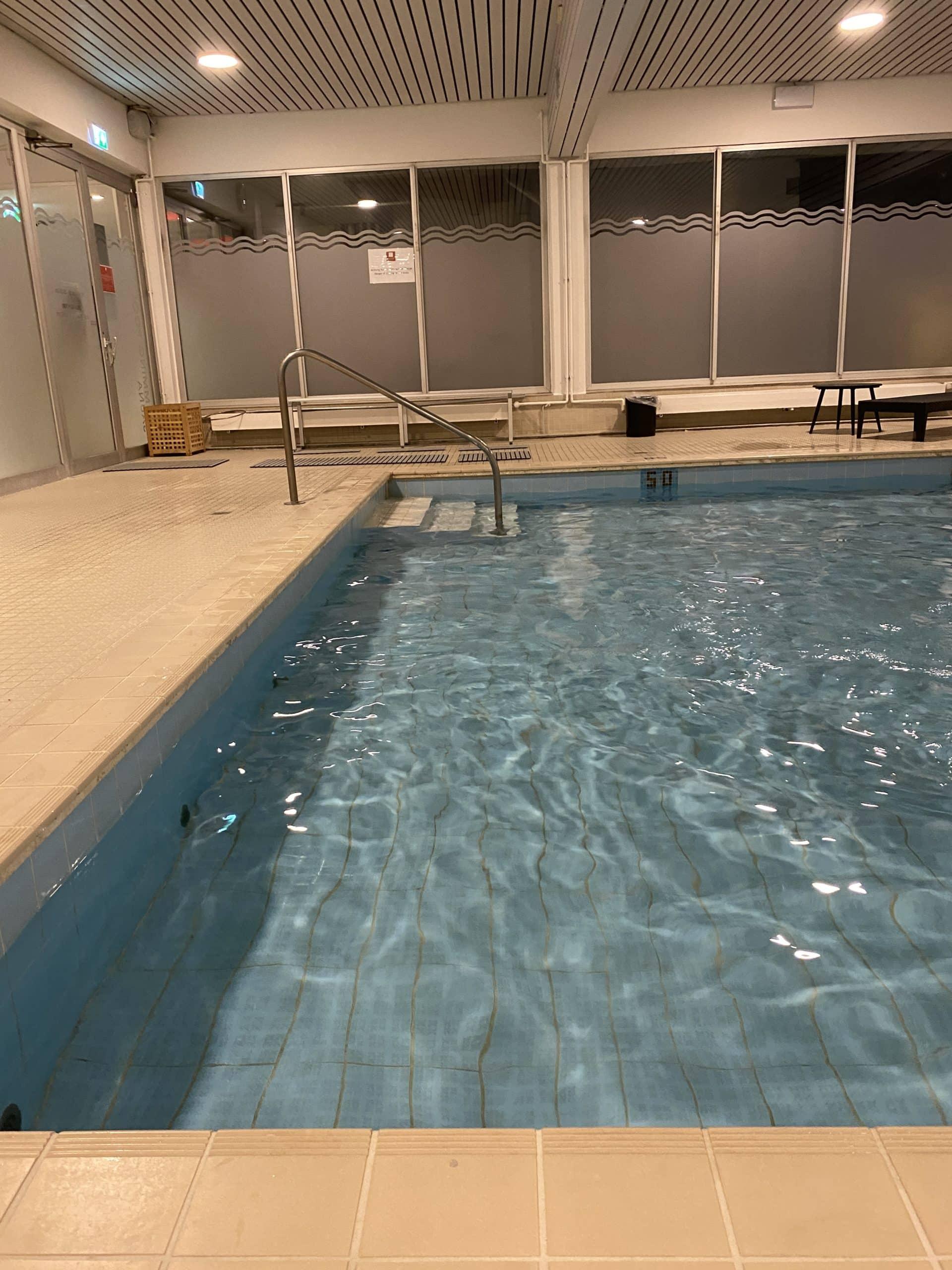 Am Abend gehen wir mit den Kindern im Hotel schwimmen.