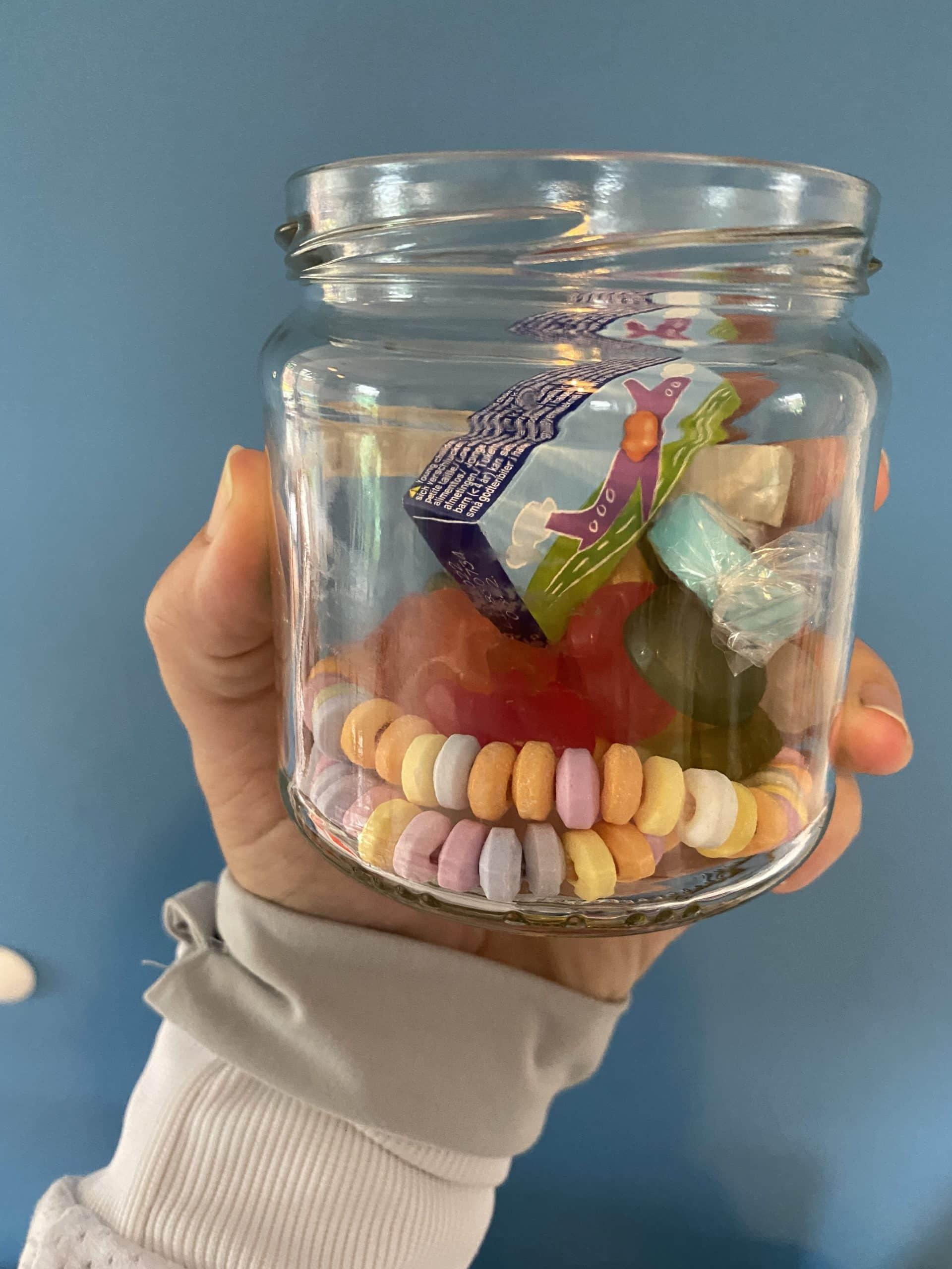 Die Kinder erhalten alle ein Glas mit Süßigkeiten zum Ende der Party.