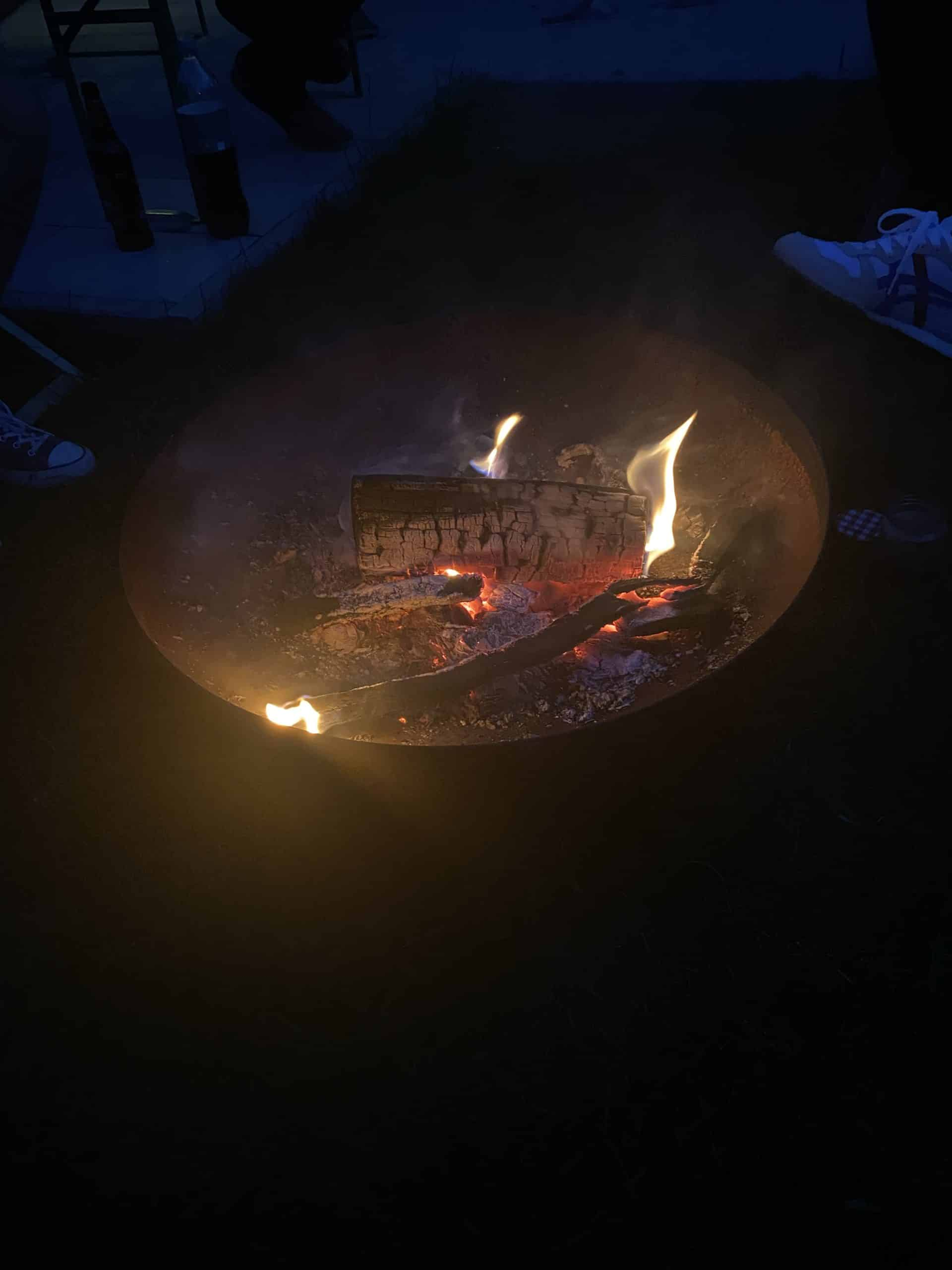 Feuerschale am Abend.