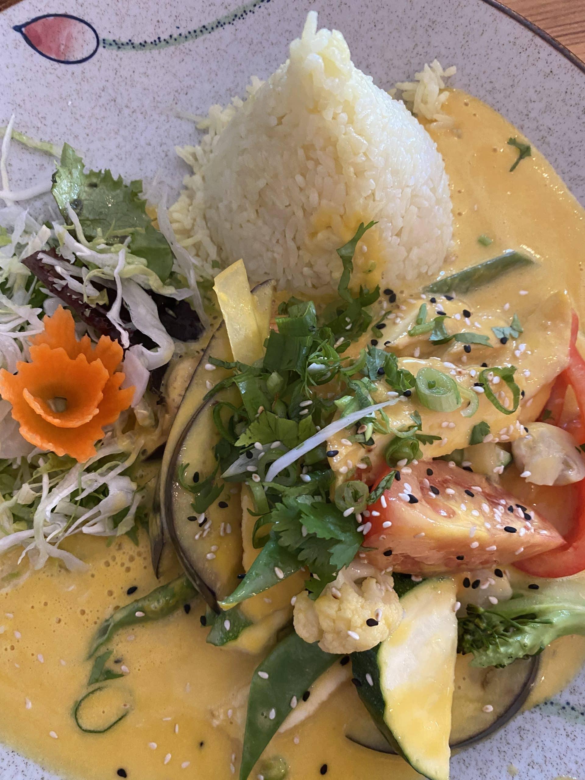 #7 und Tofu mit Gemüse und Sauce (nicht für mich, da ist nämlich Koriander drauf)