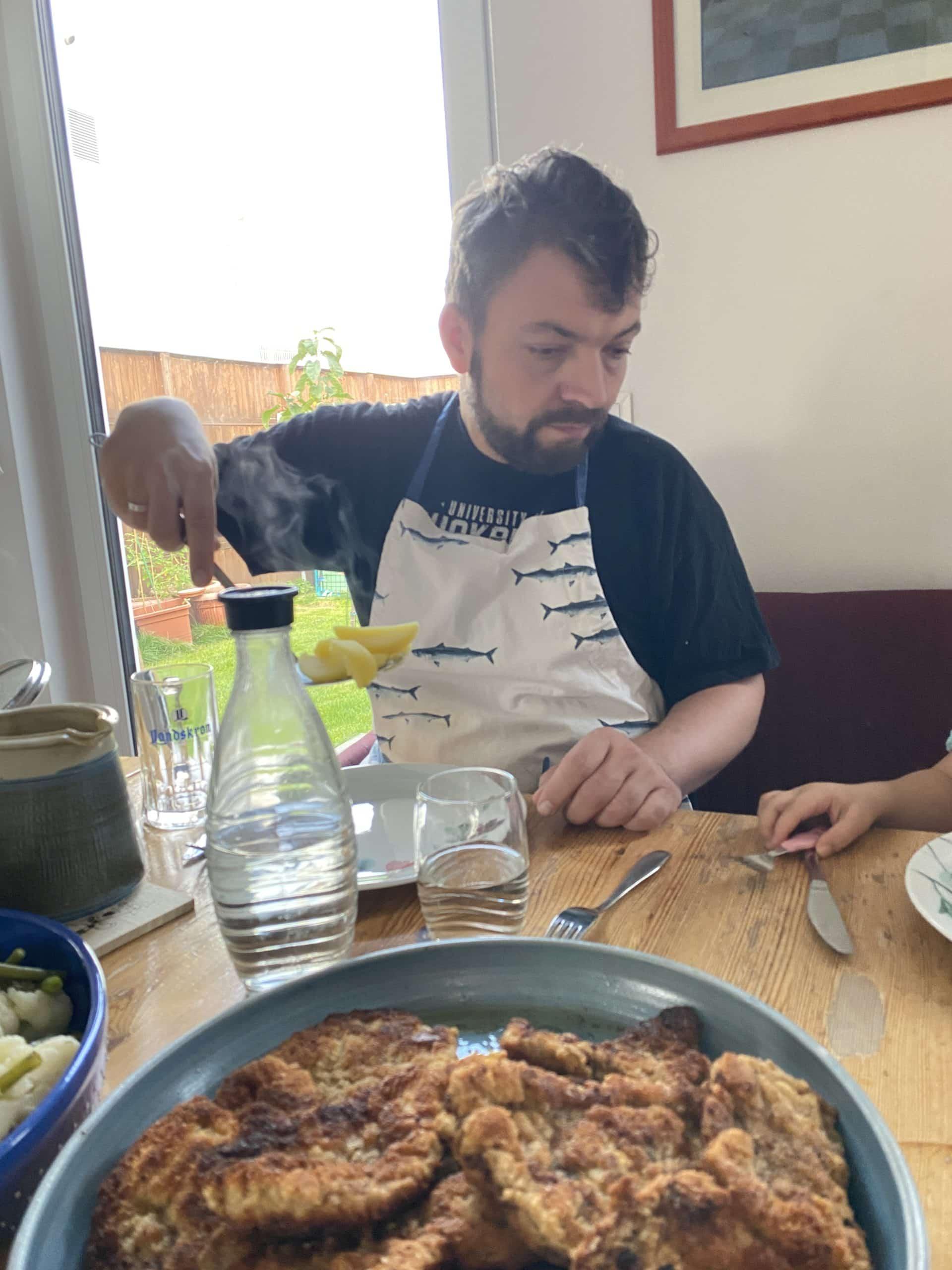 Der Mann kocht heute. Es gibt Bio Schnitzelchen, Bohnen und Kartoffeln. Die Kinder nennen es: Ich esse später auf.