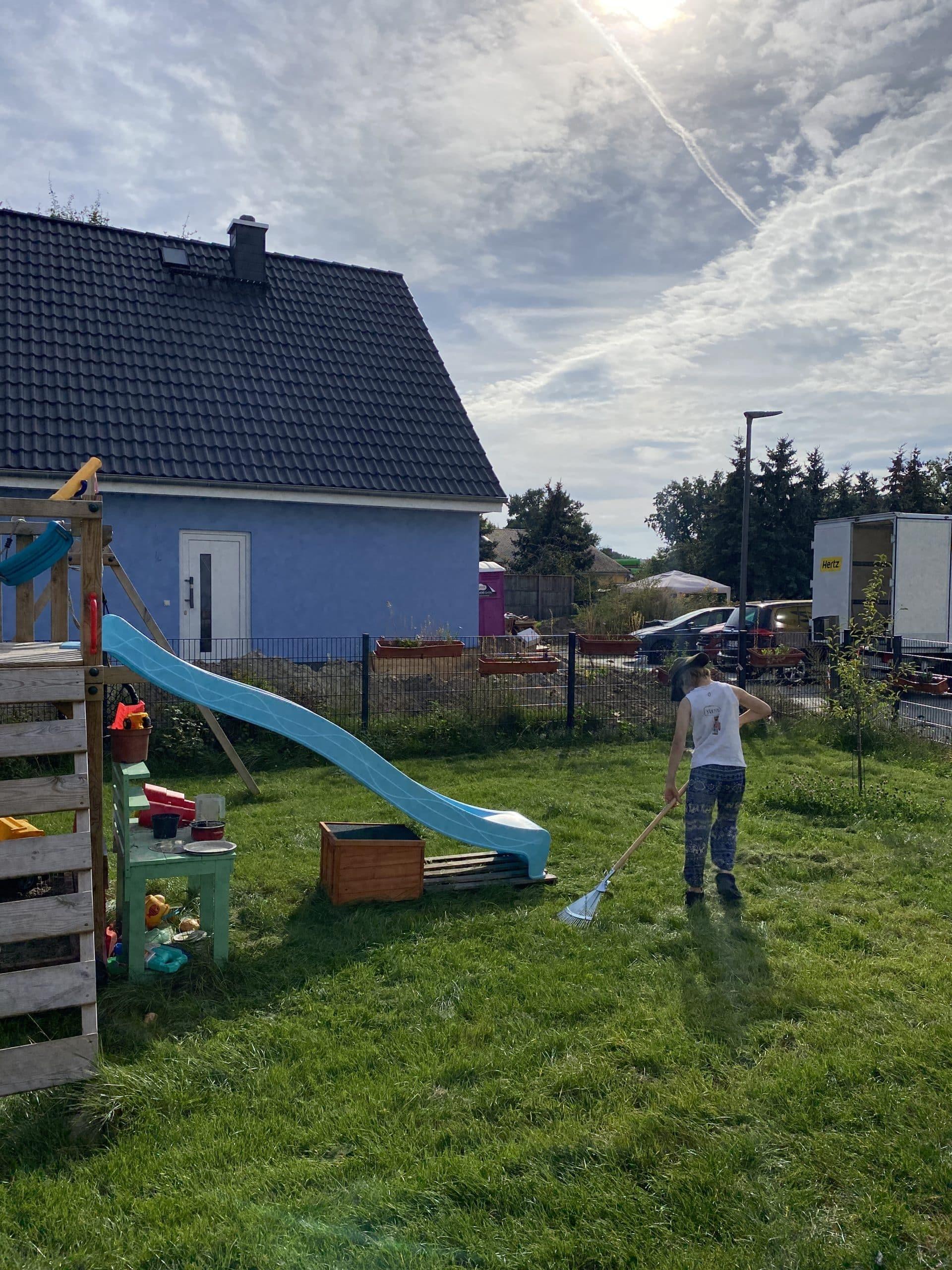 Der Sohn und ich machen heute gemeinsame Gartenarbeit.